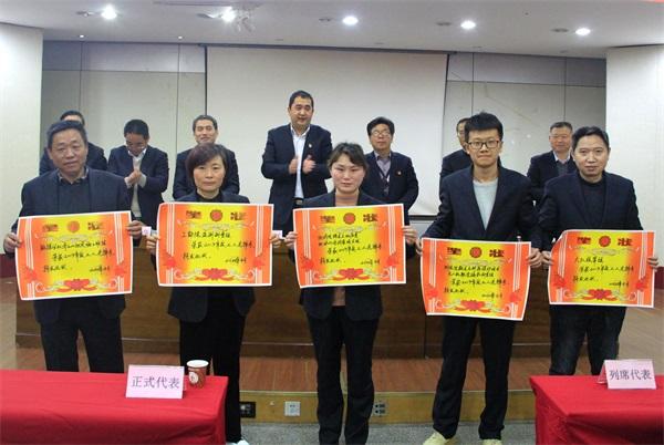 队领导与先进班组代表合影.jpg